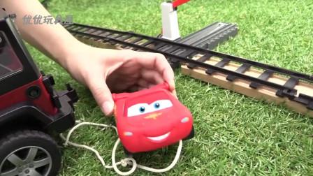 儿童玩具小轿车卡在了火车轨道上 吉普车前来救援