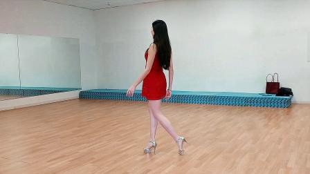 实拍模特学校形体老师示范旗袍走秀,真是太美太专业!