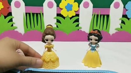 画画比赛,白雪和贝儿画棒棒糖,谁画的好看呢?
