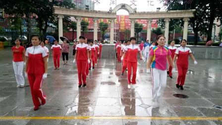 实拍广场上大姐们齐跳健身操,动作整齐划一,训练有素!