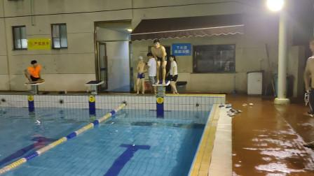 今天上了11节课,出来放松下,游个50蛙泳