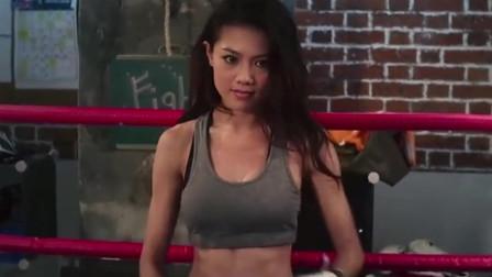 美女拳手与男子比赛,一脱外套就知道不简单!