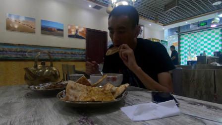 临沂小伙自驾去新疆,来到且末县,看看他52元的晚餐吃什么
