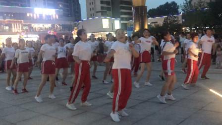 姐妹们下班后,聚集到广场跳鬼步舞,魔鬼舞步越跳越苗条