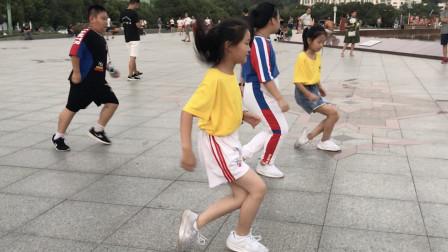 全网最火鬼步舞《东北汉子》,6岁小美女跳得真带劲,赞一个!