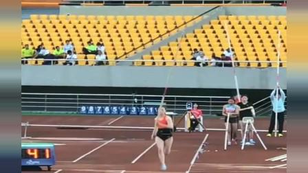 浙江体育界一姐撑杆跳高,轻松破纪录,这姿势真是太完美了!