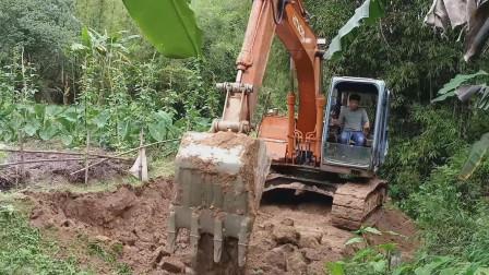 挖掘机修路视频 挖掘机工作开路