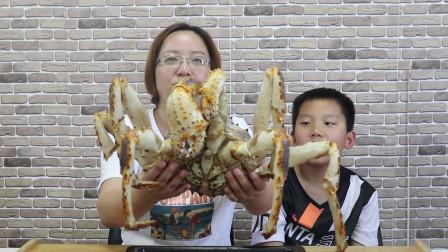 """试吃8斤重的""""帝王蟹"""",捧在手里沉甸甸的,啃一只腿就是100元"""