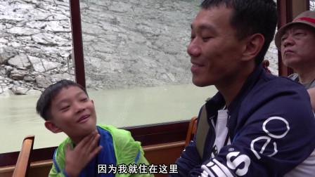 游三峡,这个重庆美女导游还真搞笑,船上都是欢笑声!