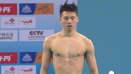 陈艾森入水后遇尴尬一幕,一个不小心泳裤脱落了,在水里提了半天