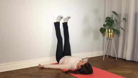 5分钟靠墙抬腿式的瑜伽练习