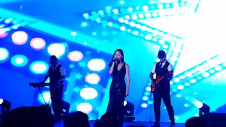 乐队演唱抖音神曲《夜空中最闪亮的星 》,观众情绪都上来了