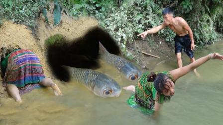 荒野少妇,河边刨坑打洞,抓到大鱼,和男人分享