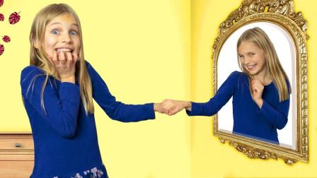 小萝莉照镜子,竟在镜子里看到了一个不一样的自己,这下好玩了!