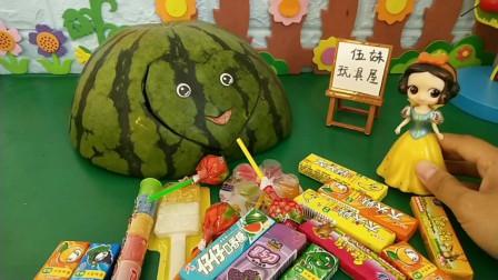 西瓜皮偷吃白雪的糖果!要不要把它扔进垃圾桶里面呢?