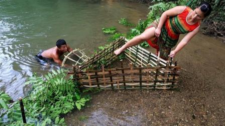 农村大嫂挑战荒野求生,徒手编制地笼捕鱼,抓到鱼美美吃一顿