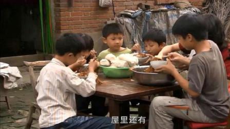 5个孩子被人贩子拐走,不料孩子偷听到人贩子对话,吃饱喝足溜了