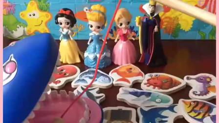 童话王国举办活动了!公主们来钓鱼了,白雪公主最擅长了!