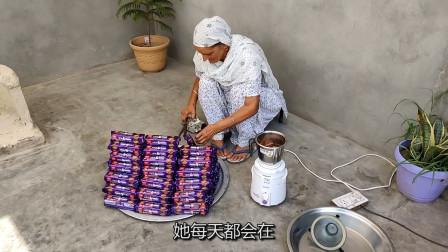 印度80岁老奶奶:村头免费卖小吃,饼干做奶昔,一群孩子排着队等待
