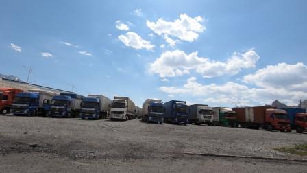 来到中国的边境乌恰县,想看77号界碑,傻乎乎的跟着大货车排队