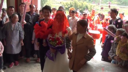 贵州农村结婚现场, 新郎拜堂完不掀盖头闹笑话, 搞得新娘哭笑不得!