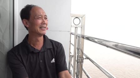 带爸爸来三峡旅游,登上游轮他表示第一次做这种船,还是很开心!