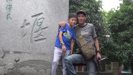 都江堰由分水鱼嘴、飞沙堰、宝瓶口等部分组成,两千多年来一直发挥着四川防洪灌溉的作用!