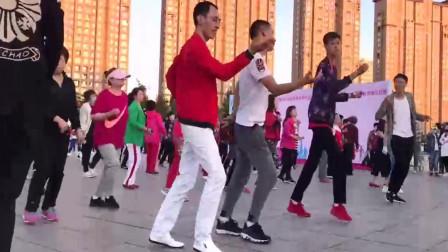广场舞《疯狂爱爱爱》简单欢快的30步步子舞,轻松跳起来!