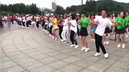 广场舞《嘿呀嘿神版》千人共舞慢摇摆跨16步,全民舞蹈的时代要来了