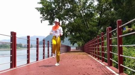 美女姐姐江边跳热门鬼步舞《北吉星》景美人美舞好看!