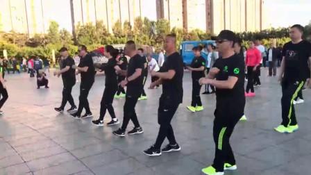 帅哥美女齐跳最近超火广场鬼步舞,舞步帅酷,喜欢就跳起来吧
