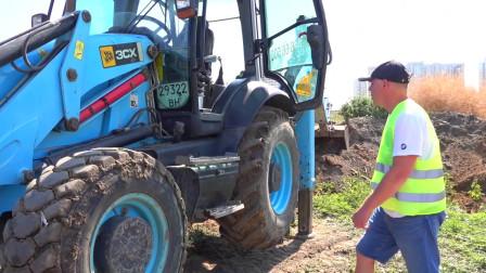 拖拉机车轮脱落迪玛和爸爸在玩电动车轮拖拉机