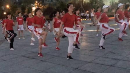 众人齐跳鬼步舞,每天练习1小时,轻松瘦身