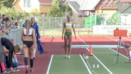欧洲女子三级跳远比赛,女选手紧实的大腿,让自己能跳的更远
