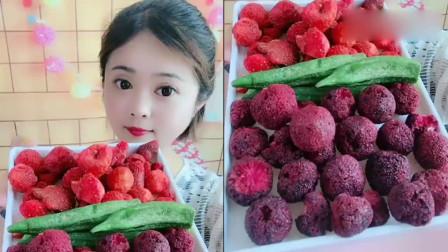 小可爱美女直播吃草莓脆,一口咬下去嘎嘣脆