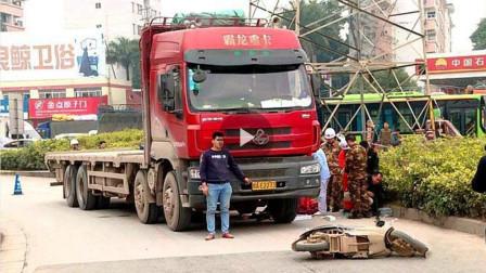 电动车男子过斑马线,2秒后惨遭大货车碾压身亡,仔细查看监控发现司机竟在玩手机!