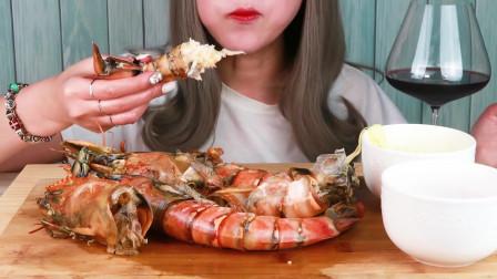 小姐姐吃3只巨虾,剥壳蘸着奶酪,大口吃的真过瘾,吃相诱人