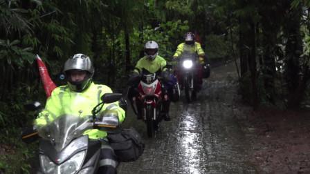 雨季的川藏线太吓人了,起床后雨下的非常大,我们继续冒雨前进!