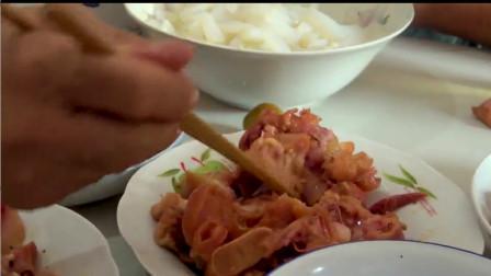 小伙到丈母娘家吃饺子,看看都带了些啥,一家人吃开心了