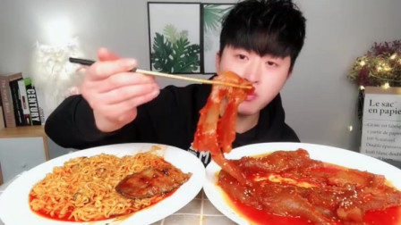 小哥哥吃超辣的面条,看他这么大口的吃,口水流下来了