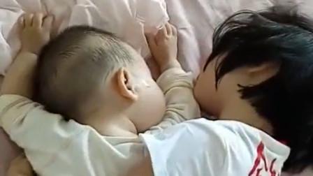 妈妈以为姐姐搂着弟弟在床边玩,走进一看,顿时笑岔气!