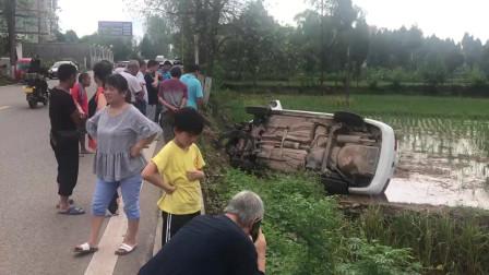 高坪长乐一白色轿车失控,侧翻至稻田地 所幸无人受伤