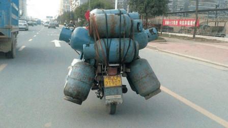 """""""五菱神车""""也有怕的东西,摩托车载9个煤气罐摔倒,吓得五菱直接落荒而逃!"""