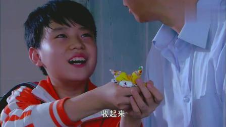 李岩刚转学到新学校,就和新同学发生矛盾,看样子也是个熊孩子!