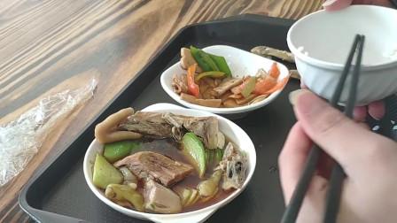 农村小伙进城下馆子,找了一家老上海美食坊快餐店,吃的不亦乐乎