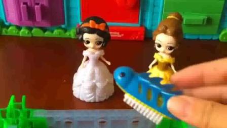 贝儿拿出了一个虫子,是电动的,但是白雪还是很害怕!