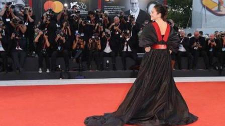 巩俐出道32年穿的最丑服装,宽大显胖如垃圾袋,却被赞穿出女王范