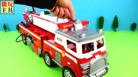 遇见小狗崽的警车和飞机玩具