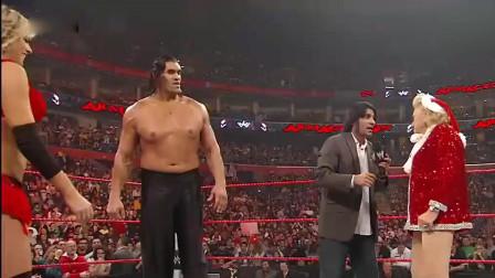 WWE:80岁老奶奶粉丝抱着2米巨人亲吻,现场嗨翻了。