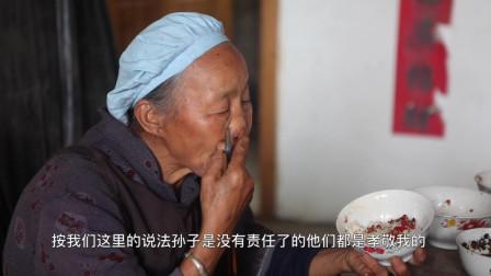 奶奶半夜还在亲手为孙子制作家乡美食,孙子回家吃后泪流满面